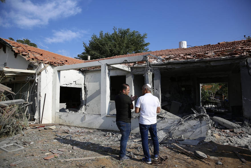 Los funcionarios evalúan el daño a una casa después de que fue golpeada por un cohete disparado por militantes palestinos desde la Franja de Gaza, en la ciudad de Ashkelon, Israel, al sur de Israel, el martes 13 de noviembre de 2018. (AP Photo / Ariel Schalit)