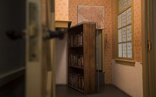 El pasaje al anexo secreto se ve en la renovada Casa Museo de Anna Frank en Ámsterdam, Países Bajos, el 21 de noviembre de 2018 (Foto AP / Peter Dejong)