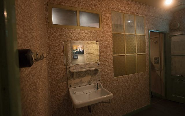 Vista del anexo secreto con sus ventanas ennegrecidas en el renovado Museo Casa de Ana Frank en Ámsterdam, Países Bajos, 21 de noviembre de 2018 (Foto AP / Peter Dejong)