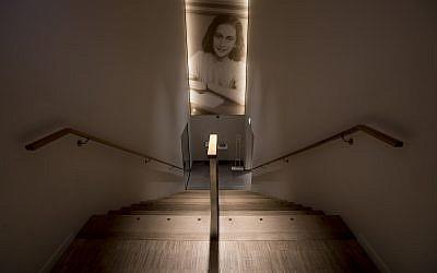 Una foto de Ana Frank acompaña a los visitantes cuando salen de la Casa Museo Ana Frank en Ámsterdam, Países Bajos, el miércoles 21 de noviembre de 2018 (Foto AP / Peter Dejong)