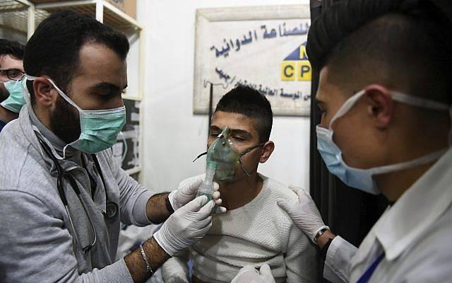 Esta foto publicada por la agencia de noticias oficial siria SANA muestra a un hombre que recibe oxígeno a través de respiradores luego de un presunto ataque químico en su ciudad de al-Khalidiya, en Aleppo, Siria, el sábado 24 de noviembre de 2018 (SANA a través de AP).