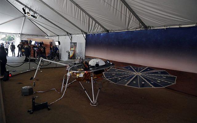Un modelo del módulo de aterrizaje InSight se muestra en el Laboratorio de Propulsión a Chorro de la NASA el 26 de noviembre de 2018 en Pasadena, California. (Foto AP / Marcio Jose Sanchez)