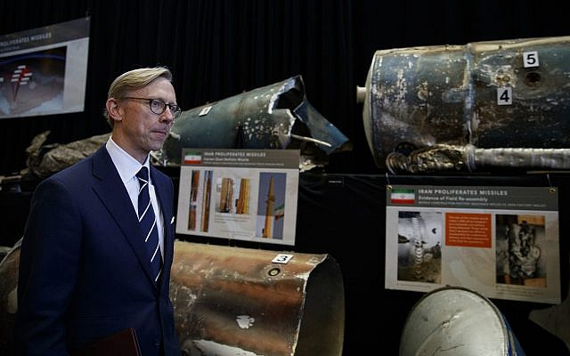 Brian Hook, representante especial de Estados Unidos para Irán, pasa junto a fragmentos de misiles balísticos de corto alcance (Qiam) iraníes en la Exhibición de Material Iraní (IMD) en la Base Conjunta Anacostia-Bolling, en Washington, el 29 de noviembre de 2018. (AP / Carolyn Kaster )