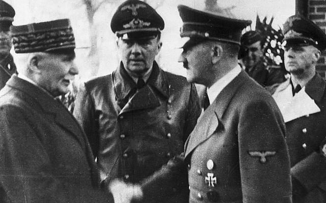 El canciller alemán Adolf Hitler, a la derecha, estrechó la mano del Jefe de Estado de Vichy Francia Marshall Philippe Petain, en la Francia ocupada, el 24 de octubre de 1940. (Foto AP)