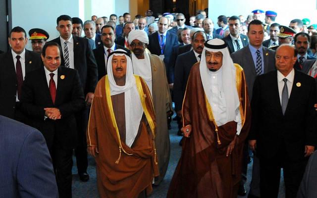 El presidente egipcio Abdel-Fattah el-Sissi, a la izquierda, el emir de Kuwait Sheik Sabah Al-Ahmad Al-Jaber Al-Sabah, segundo a la izquierda, el rey saudí Salman, segundo a la derecha, y el presidente yemení Abdel Rabbo Mansour Hadi, a la derecha, caminan hacia una cumbre árabe reunión en Sharm el-Sheikh, Sinaí del Sur, Egipto, el 28 de marzo de 2015. (Foto AP / Mohammed Samaha, MENA)