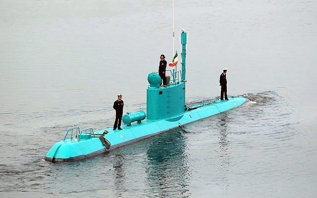 El submarino Ghadir de Irán se mueve en el puerto sur de Bandar Abbas en Irán, 28 de noviembre de 2012. (Agencia de noticias AP / Fars, Ebrahim Norouzi / Archivo)