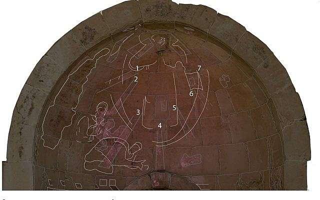 Las imágenes VIL de la parte superior del ábside revelan detalles muy importantes que son invisibles a simple vista y nunca se han detectado antes.Los números indican los rayos de luz.El contorno de los bloques de piedra se agregó para dar una mejor orientación donde los rayos y las figuras que se encuentran en el ábside (Ravit Linn, 2016).