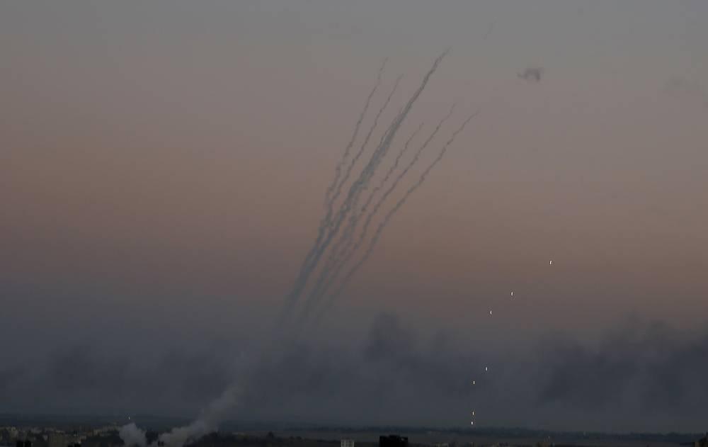 Cohetes palestinos son disparados hacia Israel desde Gaza el 12 de noviembre de 2018. (AP / Hatem Moussa)