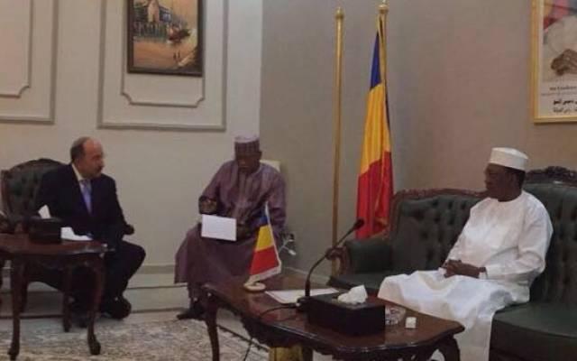 El Director General del Ministerio de Relaciones Exteriores, Dore Gold (izquierda), se reúne con el presidente de Chad, Idriss Déby (derecha), en el palacio presidencial de la ciudad de Fada, en el corazón del desierto del Sahara, el 14 de julio de 2016. (Cortesía, Extranjero Ministerio)