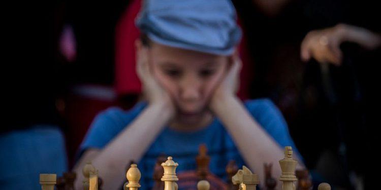Israelíes excluidos de torneo de ajedrez saudita exigen acción de la Federación Internacional de Ajedrez