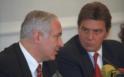 El primer ministro Benjamin Netanyahu, a la izquierda, y luego el canciller austriaco Viktor Klima durante una conferencia de prensa conjunta en Viena, Austria, el 22 de septiembre de 1997 (Avi Ohayun / GPO)