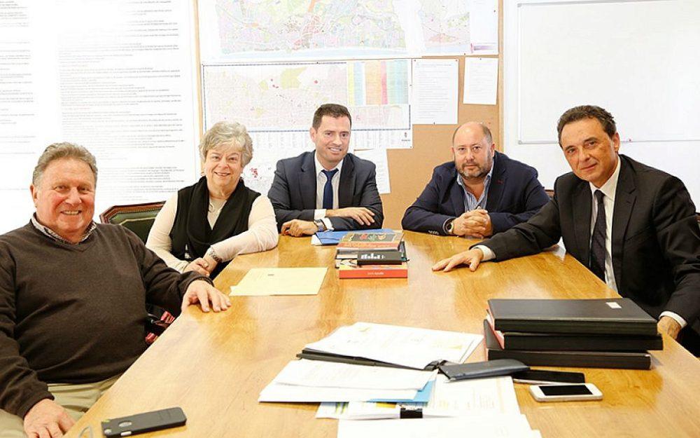 Ilustrativo: Joseph y Doreen Alhadeff (de izquierda a derecha) firmando documentos de ciudadanía española con funcionarios españoles el 2 de febrero de 2016 en Torremolinos, España. (cortesía)
