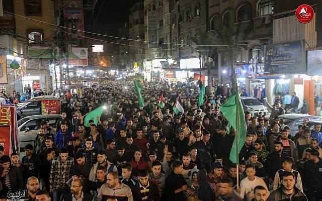 """Miembros de Hamás en un desfile en Jabalya en Gaza """"en apoyo de la resistencia"""", después de un alto el fuego con Israel después de dos días de violencia, 13 de noviembre de 2018. (Captura de pantalla de Twitter)"""