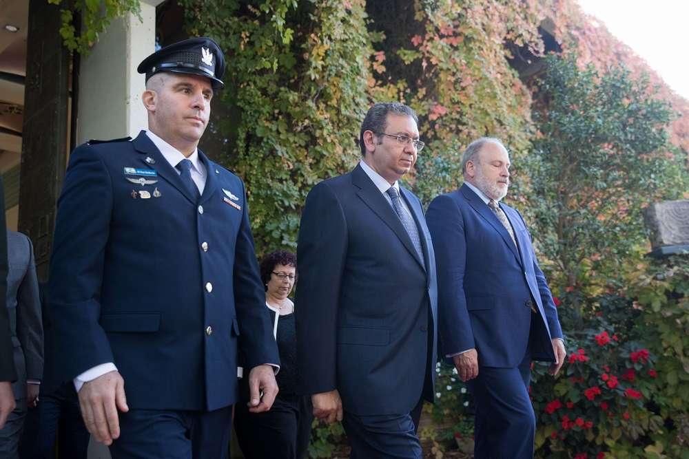 El embajador jordano entrante en Israel, Ghassan Majali, inspecciona una guardia de honor durante una ceremonia para nuevos embajadores en la Residencia del Presidente en Jerusalem, el 8 de noviembre de 2018. (Yonatan Sindel / Flash 90)