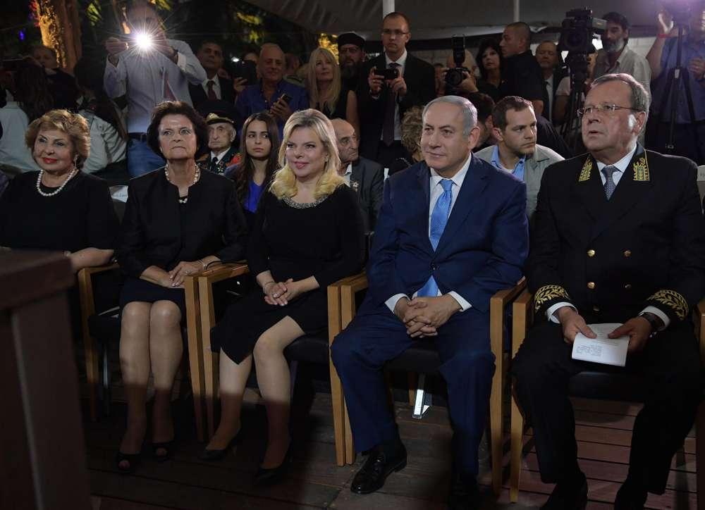 El embajador ruso en Israel, Anatoly Viktorov, a la derecha, se sienta junto al primer ministro Benjamin Netanyahu en una recepción que conmemora el Día de Rusia en el Patio de Sergei, Jerusalem, 14 de junio de 2018 (Amos Ben-Gershom / GPO)