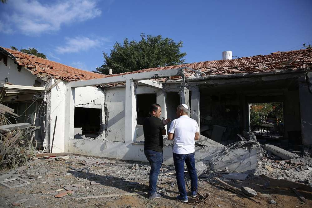 Los funcionarios evalúan el daño a una casa después de que fue golpeada por un cohete disparado por terroristas palestinos desde la Franja de Gaza, en la ciudad de Ashkelon, Israel, al sur de Israel, el 13 de noviembre de 2018. (AP Photo / Ariel Schalit)