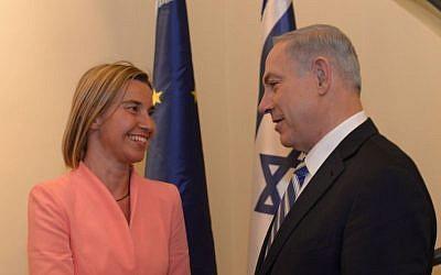 El primer ministro Benjamin Netanyahu se reúne con el jefe de política exterior de la Unión Europea, Federica Mogherini, en Jerusalén, el 20 de mayo de 2015. (Amos Ben Gershom / GPO)