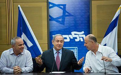 El primer ministro Benjamin Netanyahu (C) es visto con el ministro de Energía Yuval Steinitz y Tzachi Hanegbi durante una reunión de la facción del Likud en la Knesset el 27 de julio de 2015. (Yonatan Sindel / Flash90)