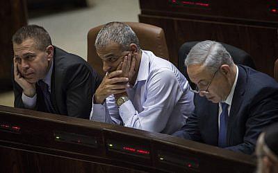 Desde la izquierda, Gilad Erdan, Moshe Kahlon y Benjamin Netanyahu en la Knesset el 18 de noviembre de 2015. (Hadas Parush / Flash90)