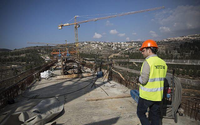Construcción de un puente sobre Emek HaArazim fuera de Jerusalén, para el tren rápido Jerusalén-Tel Aviv, visto el 20 de diciembre de 2015. (Hadas Parush / Flash90)