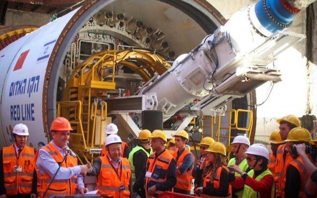 El ministro de transporte, Yisrael Katz (2L), asiste a la inauguración de la máquina perforadora de túneles que se utilizará en el nuevo tren ligero de Tel Aviv el 19 de febrero de 2017. (Flash90)