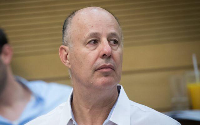 El ministro de cooperación regional, Tzachi Hanegbi, en la Knesset, el 9 de julio de 2017 (Yonatan Sindel / Flash90)