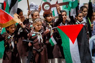 """Los escolares palestinos participan en un mitin que conmemora el 70 aniversario de """"nakba"""", árabe por """"catástrofe"""", el término utilizado para marcar los eventos que llevaron a la fundación de Israel en 1948, en una escuela en la ciudad de Nablus en Cisjordania, el 13 de mayo. 2018. Foto por Nasser Ishtayeh / Flash90."""