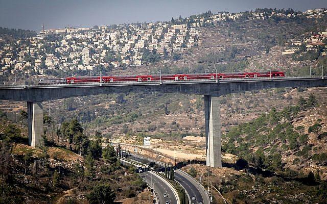 Vista del nuevo tren rápido de Tel Aviv-Jerusalén visto sobre el valle de Ha'Arazim a las afueras de Jerusalem, 25 de septiembre de 2018 (Yossi Zamir / Flash90)