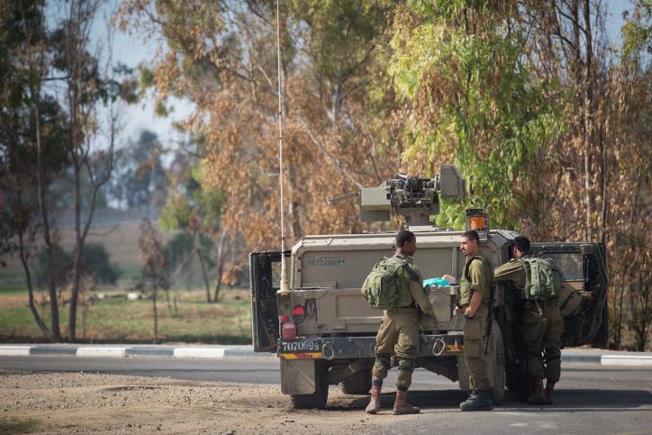 Soldados israelíes montan guardia frente al Kibbutz Nahal Oz cerca de la frontera con Gaza, luego de enfrentamientos entre Israel y Hamas en la Franja, el 12 de noviembre de 2018. (Hadas Parush / FLASH90)