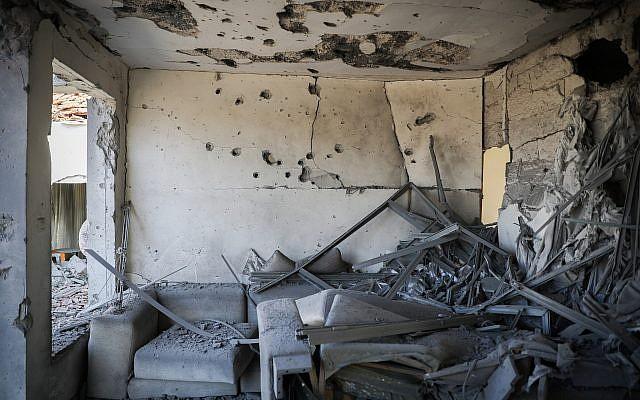 Una casa golpeada por un cohete disparado desde la Franja de Gaza en la ciudad de Ashkelon, al sur de Israel, el 13 de noviembre de 2018. (Hadas Parush / Flash90)