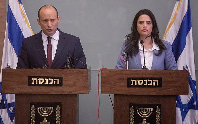El ministro de Educación, Naftali Bennett, a la izquierda, y la ministra de Justicia, Ayelet Shaked, emiten un comunicado durante una conferencia de prensa en la Knesset, 19 de noviembre de 2018. (Miriam Alster / Flash90)