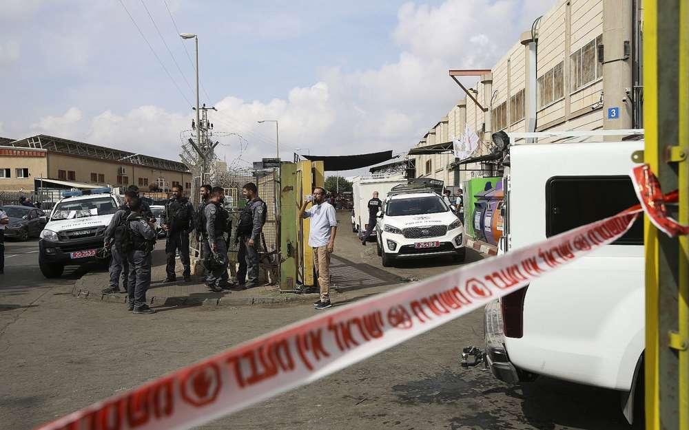Las fuerzas de seguridad israelíes se ubican en la entrada de la Zona Industrial de Barkan en el norte de Samaria el 7 de octubre de 2018. (Foto AP / Oded Balilty)