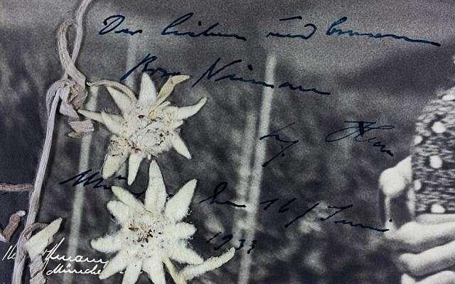 Detalle que muestra el mensaje escrito a mano de Hitler en una fotografía de sí mismo junto a Rosa Bernile Nienau, una niña judía, tomada en la casa de Hitler, Berghof, en los Alpes bávaros, el 20 de abril de 1932. (Alexander Historical Auctions)