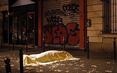Una víctima de un ataque terrorista en París yace muerta frente al teatro Bataclan, París, 13 de noviembre de 2015. (AP / Jerome Delay, Archivo)