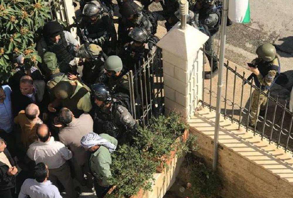 """Fuerzas de seguridad de Israel irrumpen en """"Gobernación de Jerusalem"""" de la Autoridad Palestina"""