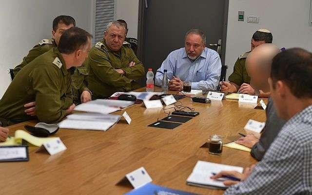 El ministro de Defensa, Avigdor Liberman (C) lidera las discusiones en la sede militar de Tel Aviv, 12 de noviembre de 2018 (Ariel Hermoni / Ministerio de Defensa)