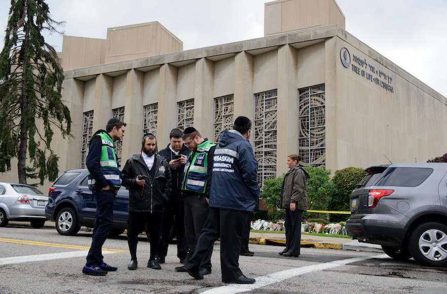 Un equipo de emergencia judío y oficiales de policía en el lugar del tiroteo en masa que mató a 11 personas e hirió a 6 en la Sinagoga del Árbol de la Vida el 28 de octubre de 2018 en Pittsburgh, Pennsylvania. (Jeff Swensen / Getty Images / vía JTA)