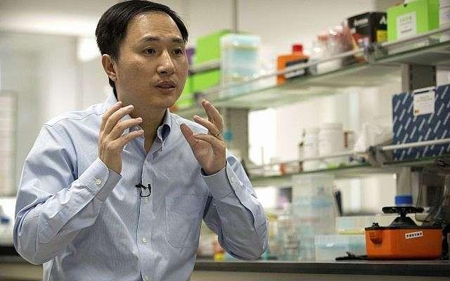 En esta foto del 10 de octubre de 2018, He Jiankui habla durante una entrevista en un laboratorio en Shenzhen, en la provincia de Guangdong, sur de China.(AP / Mark Schiefelbein)