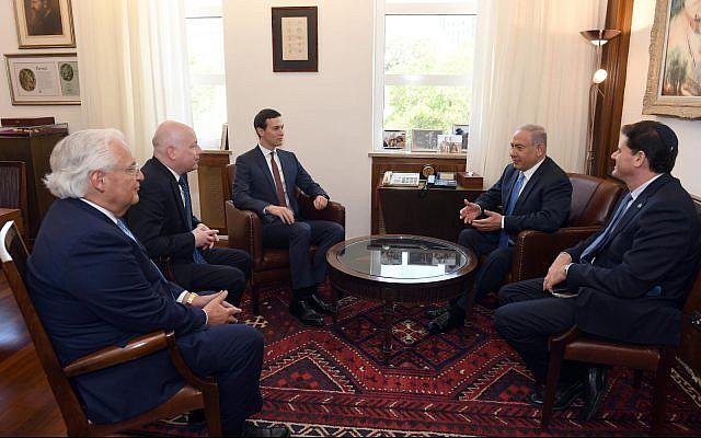 El primer ministro Benjamin Netanyahu (segundo desde la derecha) se reúne en su oficina de Jerusalén con el embajador en los Estados Unidos, Ron Dermer (derecha); El asesor de la Casa Blanca, Jared Kushner (centro); El embajador estadounidense david frichman (segundo a la izquierda); y el enviado especial Jason Greenblatt, el 22 de junio de 2018. (Haim Zach / GPO)