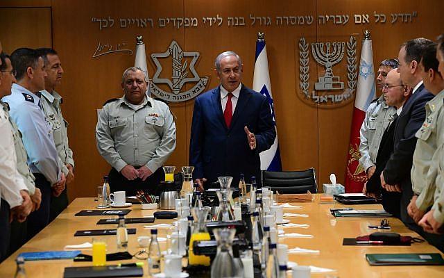 El primer ministro Benjamin Netanyahu se reúne con el Estado Mayor de las FDI el 22 de noviembre de 2018 en Tel Aviv. (Kobi Gidon / GPO)