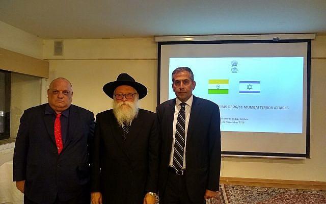 De izquierda a derecha: Michael Ronen, Shimon Rosenberg y Pavan Kapoor, en la embajada india en Tel Aviv durante un evento que conmemora el décimo aniversario de los ataques terroristas de Mumbai, el 27 de noviembre de 2018. (cortesía)