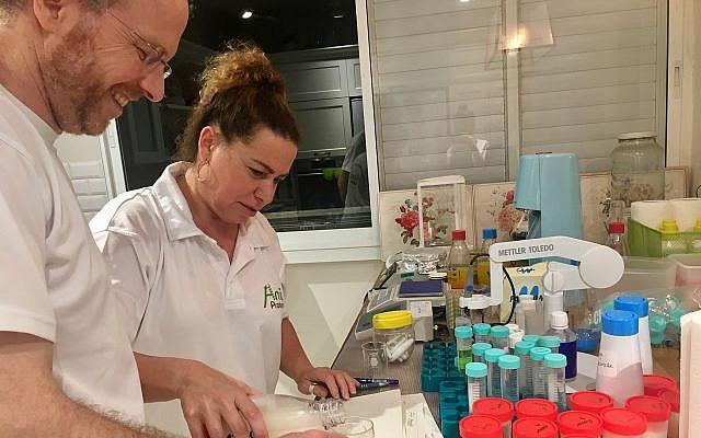 Ilan Samish, a la izquierda, el fundador y CEO de Amai Proteins que trabaja en su laboratorio (Cortesía)