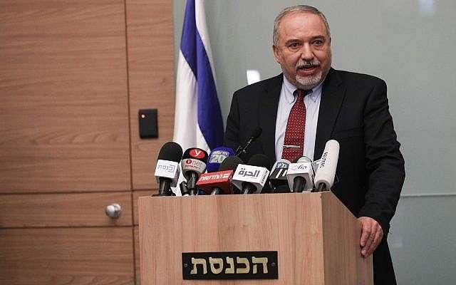 Avigdor Liberman anuncia su renuncia a la cartera de la defensa durante una conferencia de prensa en Jerusalem, el 14 de noviembre de 2018 (Yonatan Sindel / FLASH 90)