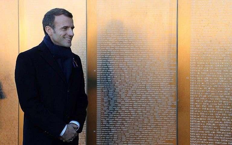 El presidente francés, Emmanuel Macron, visita el memorial del Anillo de la Memoria en honor a quienes murieron durante la Primera Guerra Mundial en el cementerio de guerra francés de Notre Dame de Lorette en Ablain-Saint-Nazaire, en el norte de Francia, el 8 de noviembre de 2018. (Ludovic Marin / Pool / AFP)