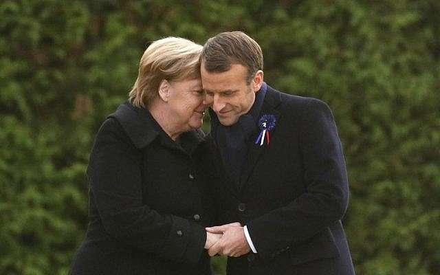 El presidente francés, Emmanuel Macron, y la canciller alemana, Angela Merkel, se dan la mano después de descubrir una placa en una ceremonia franco-alemana en el claro de Rethondes (el Claro del Armisticio) en Compiegne, norte de Francia, el 10 de noviembre de 2018, como parte de las conmemoraciones. El centenario del fin de la Primera Guerra Mundial. (Philippe Wojazer / Pool / AFP)