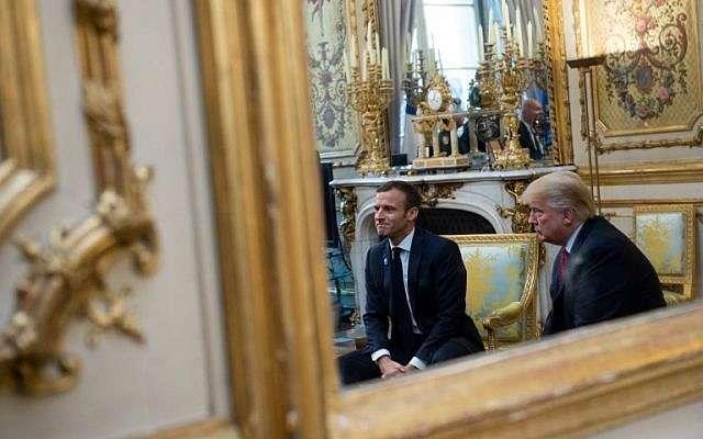El presidente de Estados Unidos, Donald Trump (R), habla con el presidente francés, Emmanuel Macron, antes de su reunión en el Palacio del Elíseo en París, el 10 de noviembre de 2018, al margen de las conmemoraciones del 100 aniversario del armisticio que terminó la Primera Guerra Mundial (Saul Loeb / AFP)