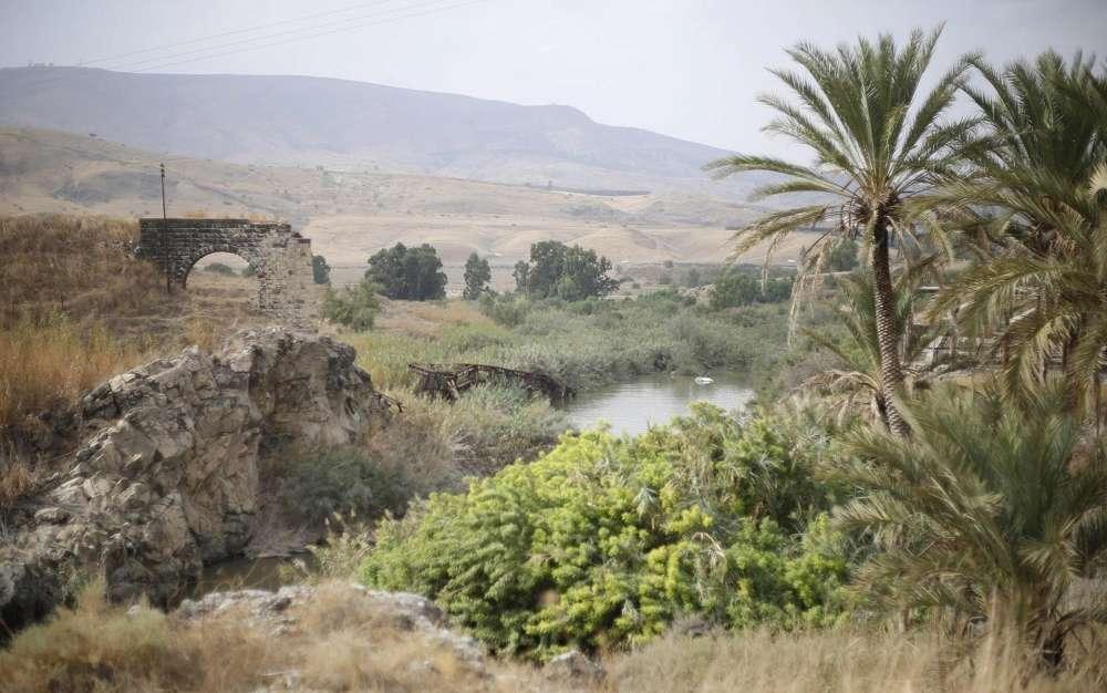 El río Jordán se puede ver en el área del valle del Jordán llamada Naharayim, o Baqura en árabe, en el norte de Israel, el 22 de octubre de 2018. (AP Photo / Ariel Schalit)