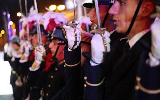 Los oficiales navales estudiantiles presentan armas durante una ceremonia de ofrenda floral junto a la llama eterna del Soldado Desconocido en el Arco de Triunfo en París el 9 de noviembre de 2018, para honrar a los soldados asiáticos como parte de los eventos que llevaron al centenario del fin de la Primera Guerra Mundial. (JACQUES DEMARTHON / AFP)