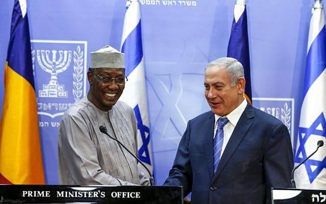 El primer ministro Benjamin Netanyahu le da la mano al presidente de Chad, Idriss Deby, mientras pronuncian declaraciones conjuntas en Jerusalén, el 25 de noviembre de 2018. (RONEN ZVULUN / POOL / AFP)