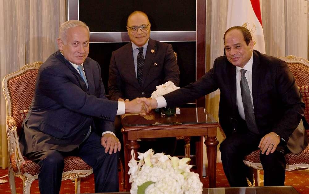 El primer ministro Benjamin Netanyahu se reúne con el presidente egipcio Abdel-Fattah el-Sissi en el marco de la Asamblea General de la ONU en Nueva York el 27 de septiembre de 2018. (Avi Ohayon / PMO)